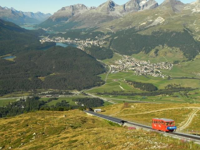理想的晴天の中、展望台に向かうムオタスムラーユ・ケーブルカー。