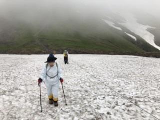 御田ケ原からの雪渓を登る
