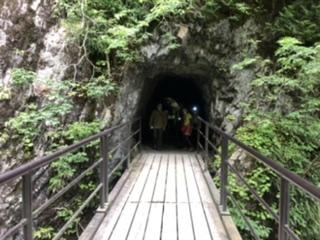 岩場のトンネルを抜けてさらに奥へ。本来は約10kmの渓谷