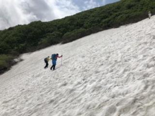 急峻な雪渓を登り続ける